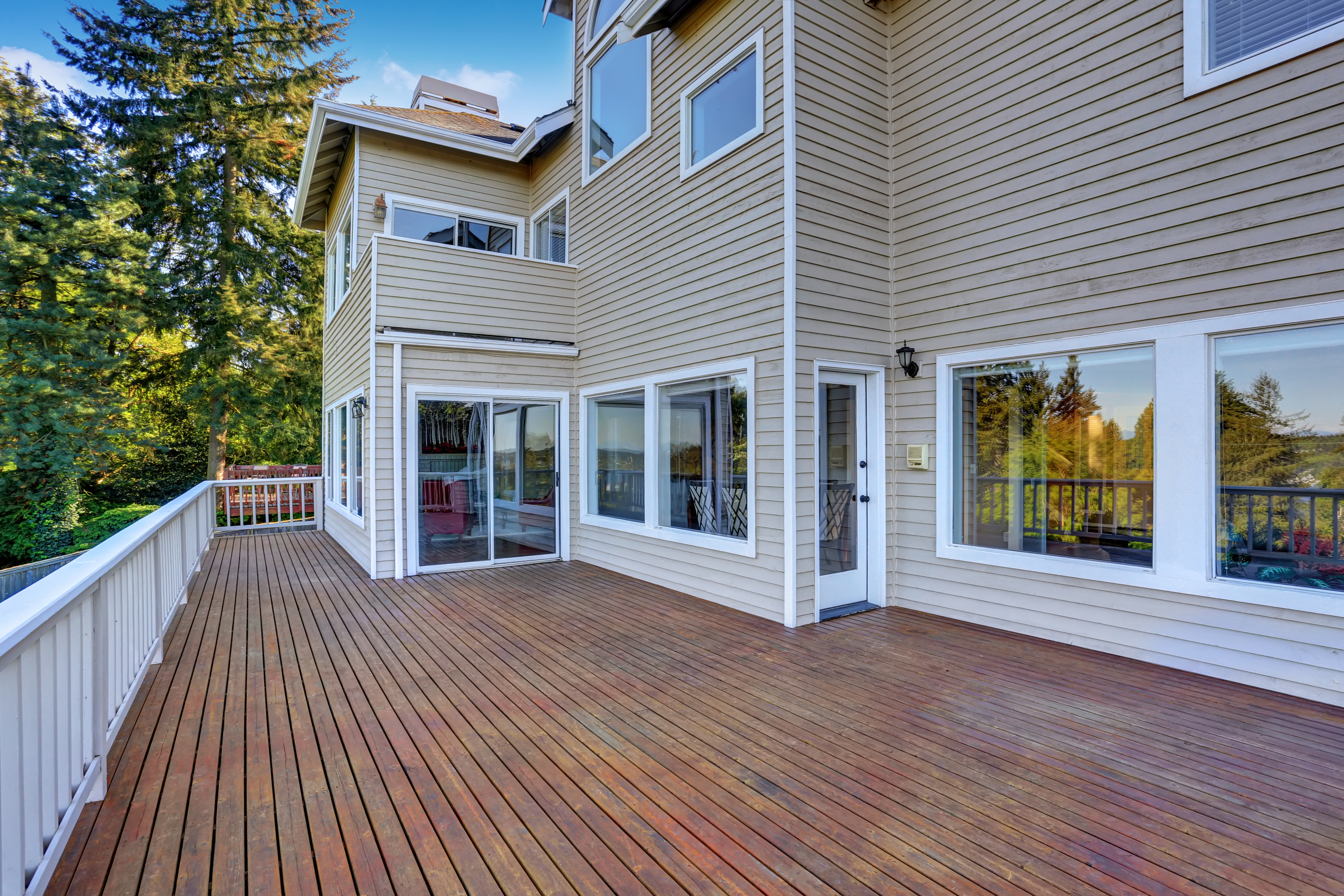 4 reasons to build a backyard deck